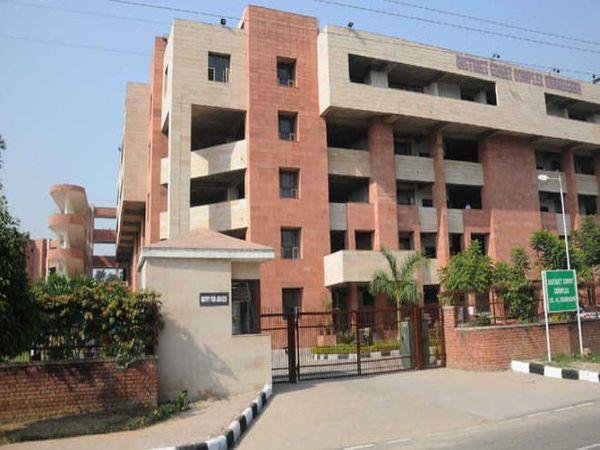 गुप्ता पर आरोप हैं कि उसने रिश्वत की रकम गुरनाम की मां के अकाउंट में ट्रांसफर की थी। - Dainik Bhaskar