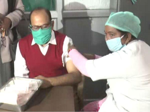यह फोटो गोरखपुर की है। यहां कोरोना वैक्सीनेशन ड्राई रन के पहले लाभार्थी बने सीएमओ डॉक्टर सुधार पांडेय। - Dainik Bhaskar