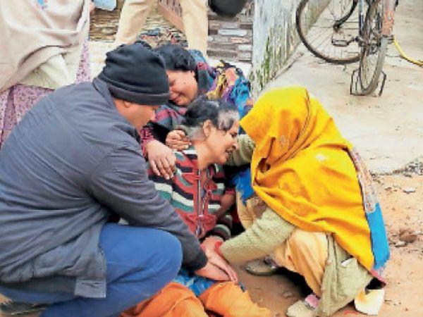 लाडवा की शर्मा कॉलोनी में विलाप करती मृतक रितेश की मां व बहन। - Dainik Bhaskar