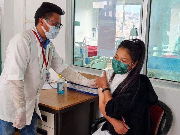 फोटो अरुणाचल प्रदेश की है। यहां कोविड-19 ड्राई रन में वॉलंटियर को वैक्सीन लगाती स्वास्थ्यकर्मी। - Dainik Bhaskar