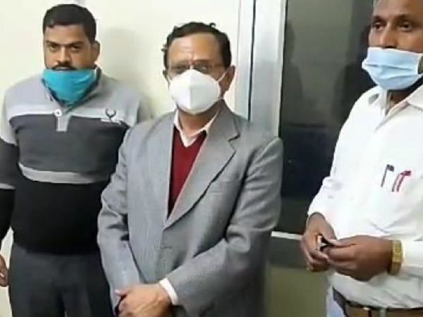 यह फोटो 23 दिसंबर की है। एसीबी ने जयपुर मुख्यालय में पूछताछ के बाद इंद्र सिंह राव (बीच में) को गिरफ्तार कर लिया था।