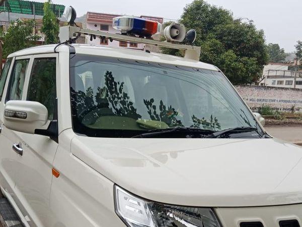 ट्रप की कार्रवाई के बाद डीएसपी की सरकारी गाड़ी कार्यालय के बाहर खड़ी रही।
