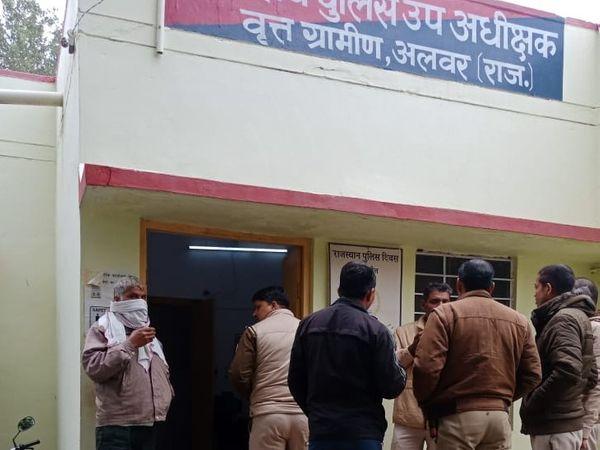 ट्रप की कार्रवाई के बाद डीएसपी के कार्यालय पर पुलिसकर्मी चाय पीते हुए चर्चा करते नजर आए।