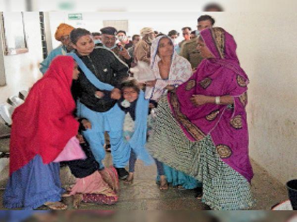 मां के साथ बेटियों को भेजा तो वो इस तरह बिलखने लगी। - Dainik Bhaskar