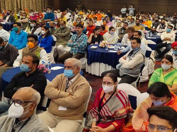 ब्रिलियंट कन्वेंशन सेंटर में सीएम ने लोगों के साथ देखा इंदौर का विजन डॉक्यूमेंट।