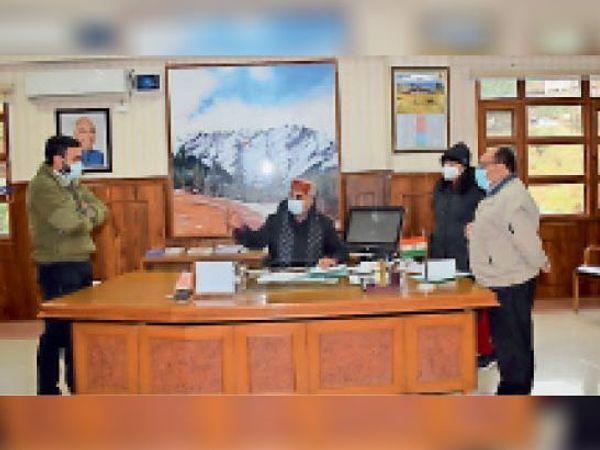 बैठक में डीसी सोलन अधिकारियों को निर्देश देते हुए। - Dainik Bhaskar