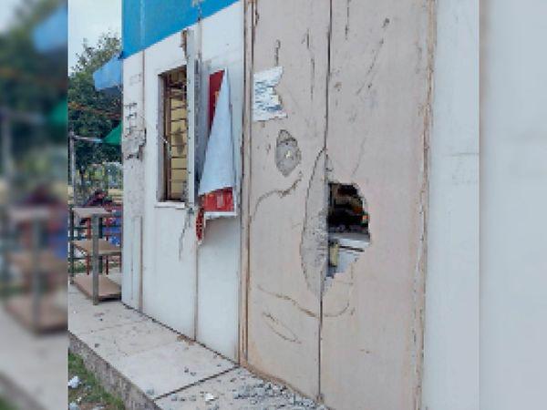 बूथ की दीवार तोड़कर अंदर बच्चे को घुसाकर कैश व हजारांे रुपए का सामान चुरा लिया गया। - Dainik Bhaskar