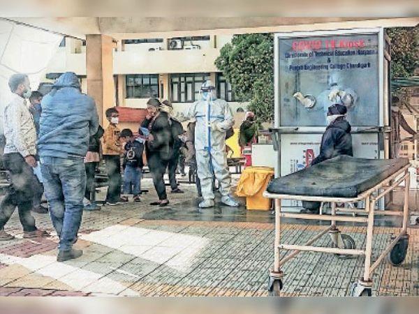 पंचकूला में कोविड टेस्ट के लिए सैंपल देते लोग। - Dainik Bhaskar