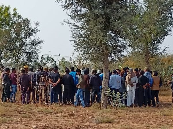 किशोरी का शव मिलने के बाद मौके पर ग्रामीणों की भीड़ एकत्रित हो गई। - Dainik Bhaskar