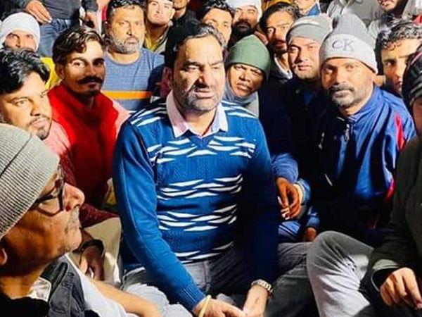 किसान आंदोलन के समर्थन में शाहजहांपुर बॉर्डर के पड़ाव स्थल पर हनुमान बेनीवाल। - Dainik Bhaskar