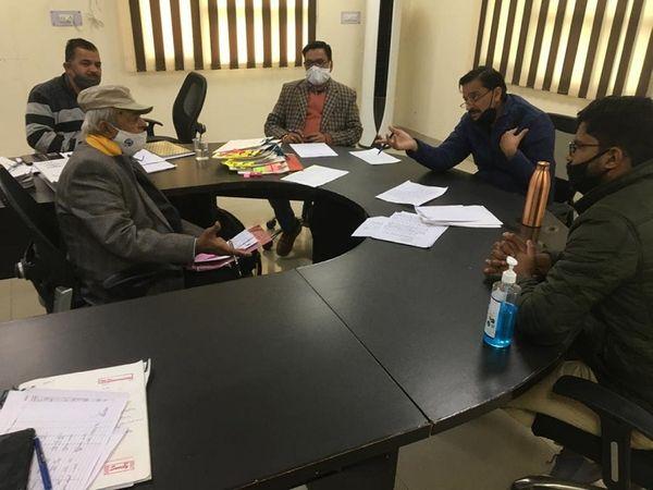 खुले दरबार में कंज्यूमर की शिकायत सुनते CGRF चेयरमैन RK शर्मा। - Dainik Bhaskar