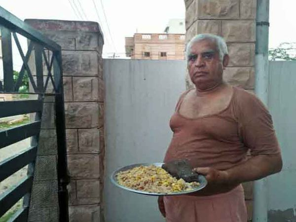 कौओं के लिए भोजन के साथ प्रवीण कुमार।