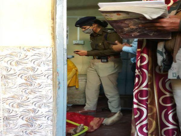 घटनास्थल की जांच करती पुलिस - Dainik Bhaskar