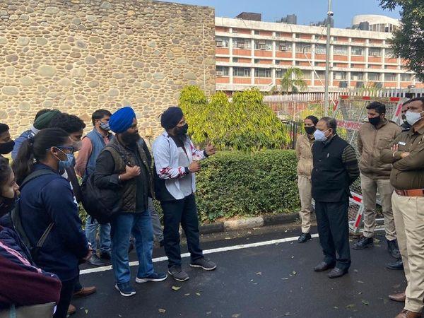 सुबह 30 स्कॉलर्स ने VC ऑफिस के सामने एक प्रोटेस्ट कर अपनी मांगें रखीं थीं। - Dainik Bhaskar