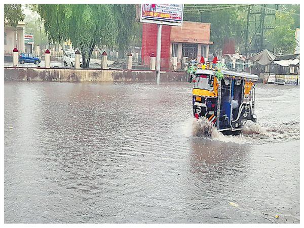 राजस्थान के झुंझुनूं में बारिश से सड़कों पर पानी भर गया।