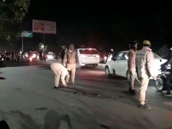गैंगवार के बाद मौके से कारतूस के खोल बरामद करती पुलिस।