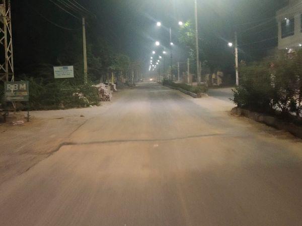 रात में सर्दी और कफ्र्यू के कारण सड़कों पर आवागमन ना के बराबर है। - Dainik Bhaskar