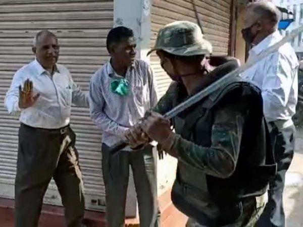 दुकानदारों को शांत कराने के लिए पुलिस ने लाठीचार्ज किया। - Dainik Bhaskar