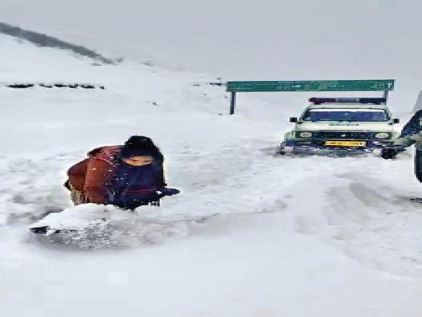 फार्मासिस्ट जयललिता ने दोनों कर्मचारियों के साथ मिलकर बर्फ हटाई। - Dainik Bhaskar