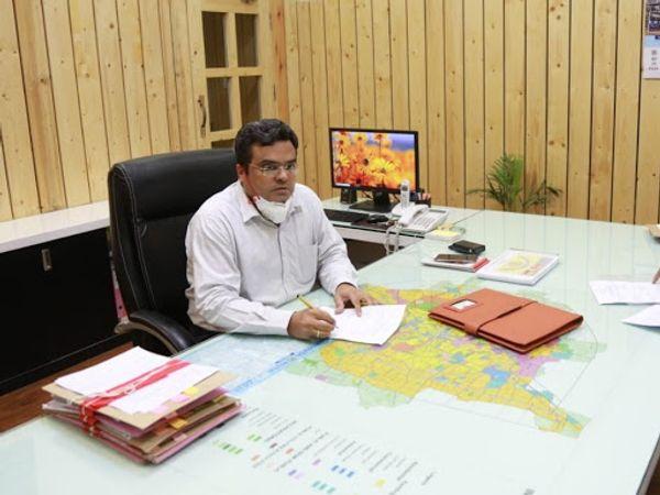 संभागायुक्त डॉ. पवन कुमार शर्मा - Dainik Bhaskar