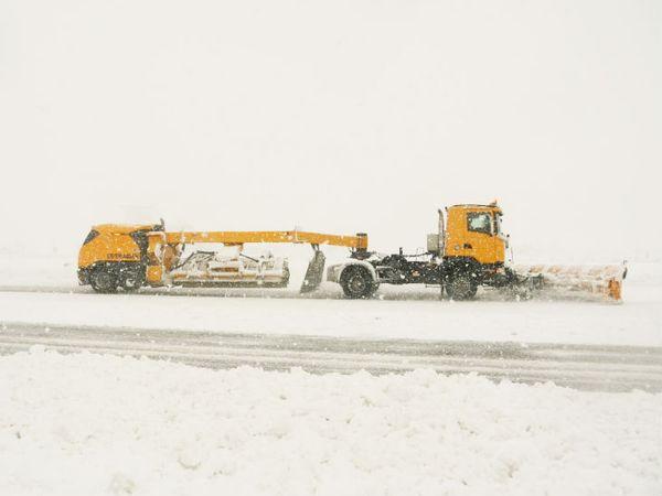 श्रीनगर एयरपोर्ट पर बुधवार को रनवे से बर्फ हटाती BRO की टीम।