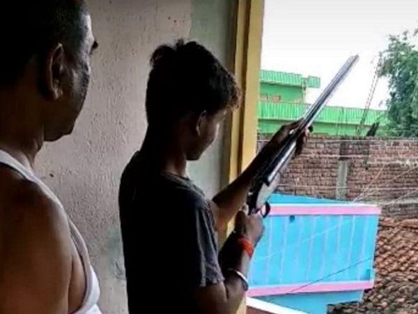 नाबालिग को हथियार चलाने की ट्रेनिंग देते पूर्व जदयू विधायक। - Dainik Bhaskar