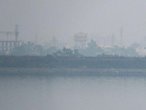 भोपाल में गुरुवार को कोहरे के कारण दृश्यता 500 मीटर तक रह गई। भोपाल के कलियासोत डैम का दृश्य। - Dainik Bhaskar