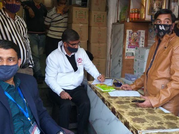 शहर के केड़लगंज में एसडीएम की मौजूदगी में सैंपल लेने की कार्रवाई। - Dainik Bhaskar