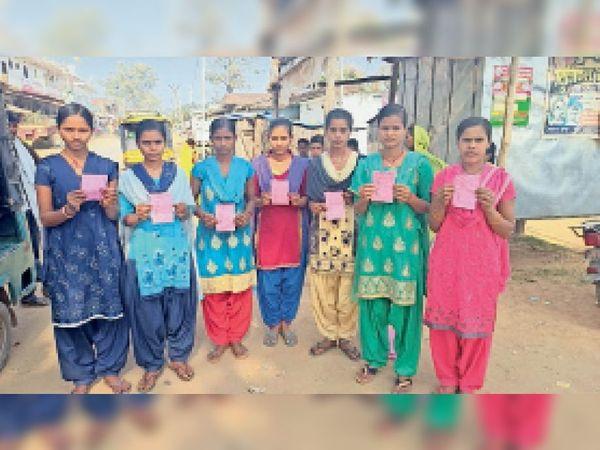 विद्यालय द्वारा दी गई रसीद को दिखाती विद्यालय की छात्राएं। - Dainik Bhaskar