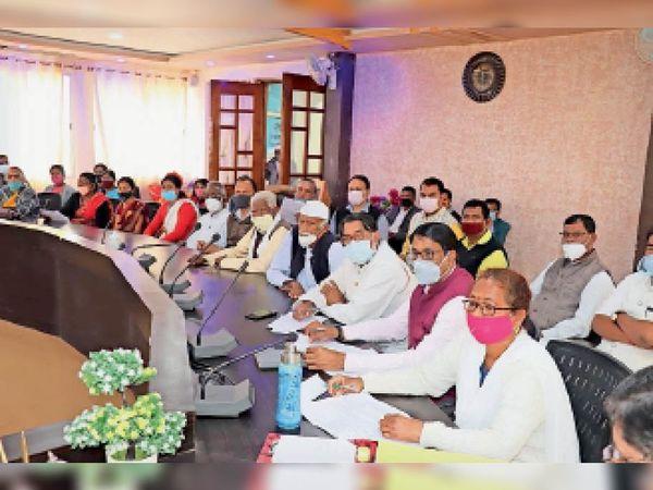 गणतंत्र दिवस काे लेकर  बैठक में भाग लेते सदस्य। - Dainik Bhaskar