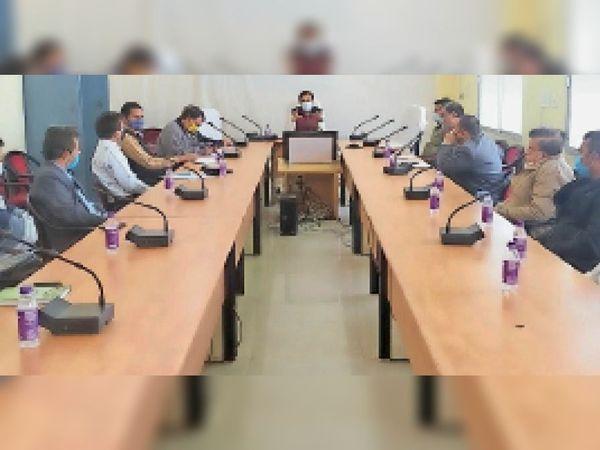 छतरपुर कलेक्टर की अध्यक्षता में हुई बैठक में माैजूद अधिकारी। - Dainik Bhaskar