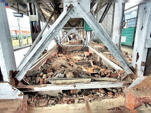 प्लेटफॉर्म चार पर फुटओवर ब्रिज के नीचे निर्माण तोड़ा गया। - Dainik Bhaskar
