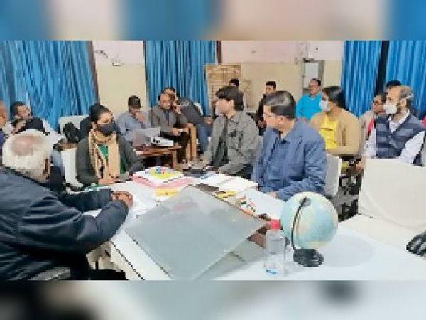 सीएस कार्यालय में आयोजित प्रशिक्षण में मौजूद पदाधिकारी। - Dainik Bhaskar