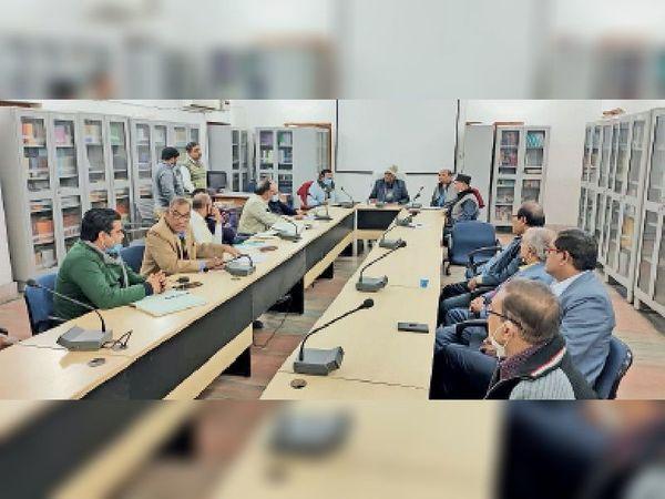 गुरुवार को विवि में अधिकारियों के साथ बैठक करते कुलपति डॉ. आरकेपी रमण। - Dainik Bhaskar