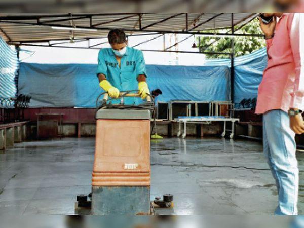 जिला अस्पताल में हाेने वाले वैक्सीनेशन ट्रायल काे लेकर गुरुवार काे तैयारियां की गई। - Dainik Bhaskar