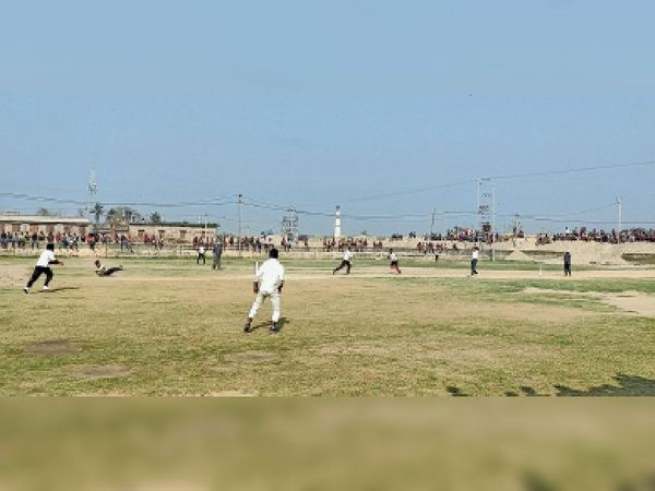 साहेबपुरकमाल में क्रिकेट टूर्नामेंट का अंतिम लीग मैच खेलते खिलाड़ी। - Dainik Bhaskar