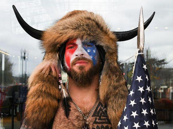 अपने चेहरे पर अमेरिका का फ्लैग पेंट कराकर पहुंचा ट्रम्प समर्थक।