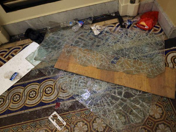 कैपिटल बिल्डिंग के अंदर भी प्रदर्शनकारियों ने तोड़फोड़ की। फ्लोर पर बिखरे कांच और अन्य सामान बड़े पैमाने पर हुए उपद्रव को दिखा रहे हैं।