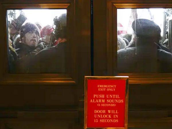 बवाल कर रहे लोगों को पुलिस ने बाहर राेकने का प्रयास किया।
