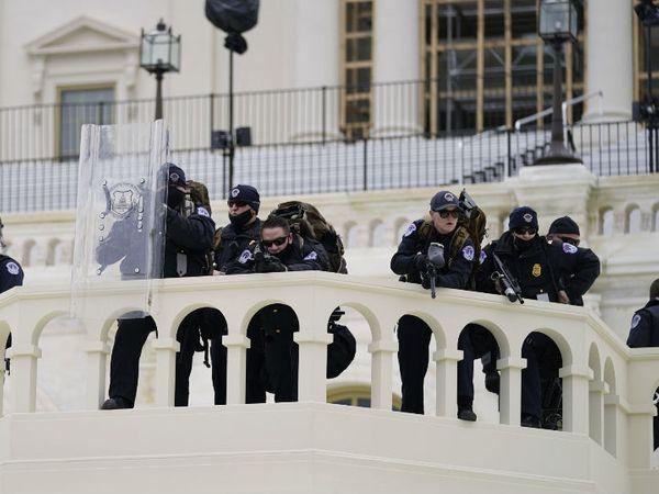 पुलिस ने मोर्चा संभाला और प्रदर्शनकारियों की हर हरकत पर पैनी नजर रखी।