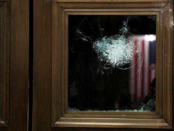 प्रदर्शनकारियों ने संसद के दरवाजों के कांच तोड़ने की भी कोशिश की।