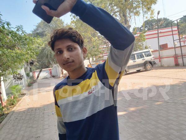 सिपाही की पिटाई से अपने फटे हुए कपड़े को दिखाता आशुतोष। - Dainik Bhaskar
