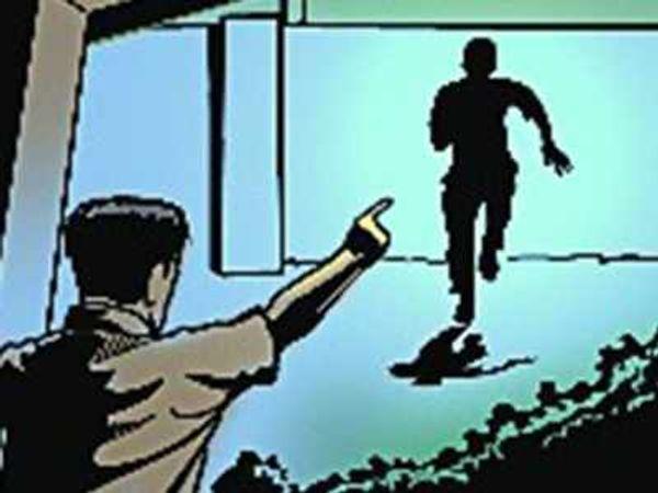 पहले आरोपी को पकड़कर मामले को रफा-दफा करने की कोशिश हुई लेकिन बाद में पुलिस ने अब केस दर्ज कर लिया है। प्रतीकात्मक फोटो - Dainik Bhaskar