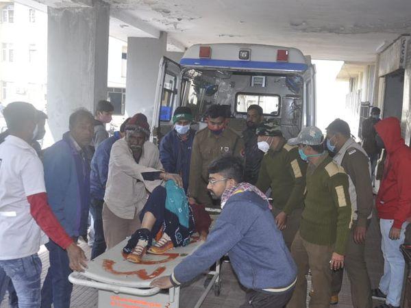 घायलों को जामनगर के जीजी हॉस्पिटल में भर्ती करवाया गया है।