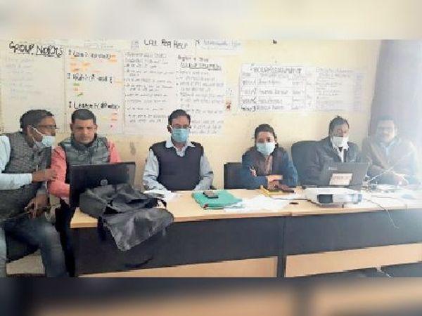 ट्रेनिंग में शामिल जिला प्रतीक्षण पदाधिकारी व अन्य। - Dainik Bhaskar
