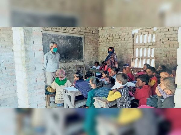 आदर्श बाल विकास विद्यालय चेरिया बरियारपुर प्राइमरी स्कूल में कक्षा में उपस्थित बच्चे - Dainik Bhaskar