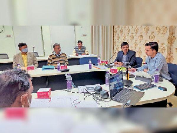 नगर निगम में समीक्षा बैठक करते संयुक्त निदेशक, नगर आयुक्त व अन्य अधिकारी। - Dainik Bhaskar