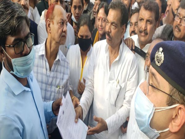 निगम कमिश्नर अनूप कुमार सिंह को सौंपा ज्ञापन