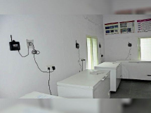 जिला वैक्सीन स्टोर में रखे कोल्ड चैन के लिए आए आईसलाइन रेफ्रिजरेटर (आईएलआर)। - Dainik Bhaskar