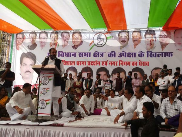 सिविक सेंटर में सभा को संबोधित करते पूर्व वित्त मंत्री तरुण भनोत और मंच पर बैठे अन्य कांग्रेस नेता - Dainik Bhaskar